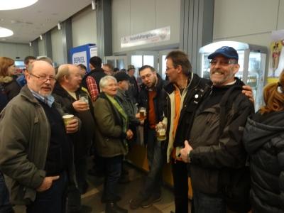 Siegesfeier an der Theke mit LM   Peter Frigge  Fbzw. blau